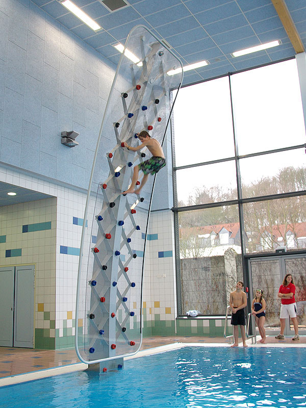 Aquaclimb sport poolside climbing wall the green head for Aqua pool piscinas