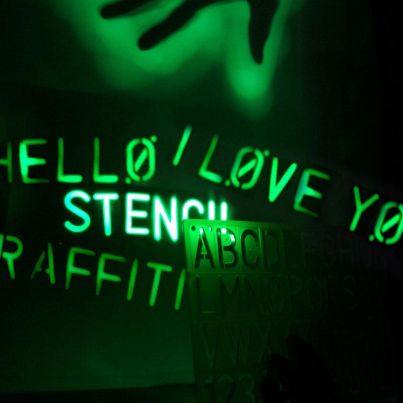 glow graffiti light spray paint with light the green head. Black Bedroom Furniture Sets. Home Design Ideas