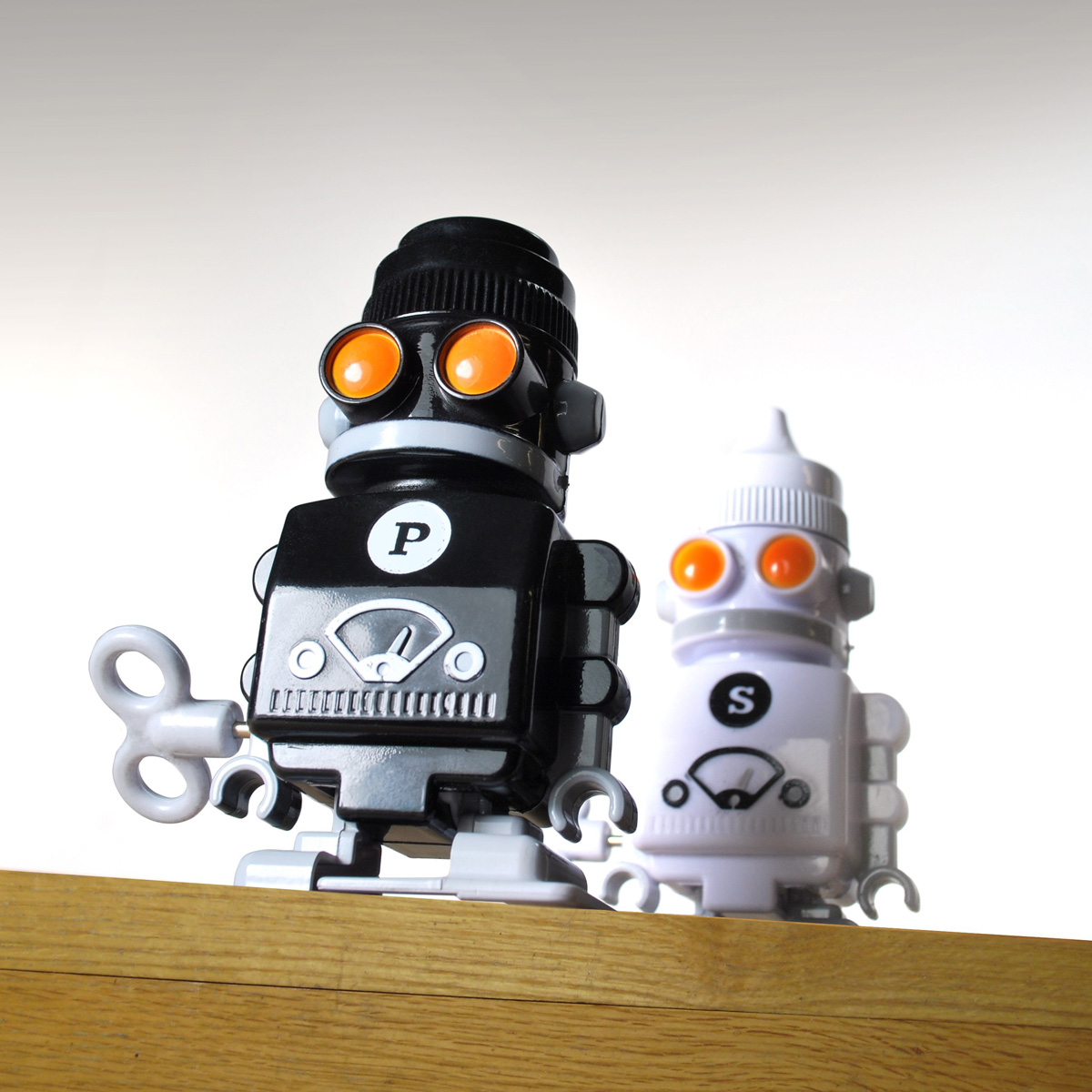 Wind up salt and pepper robots the green head Salt and pepper robots