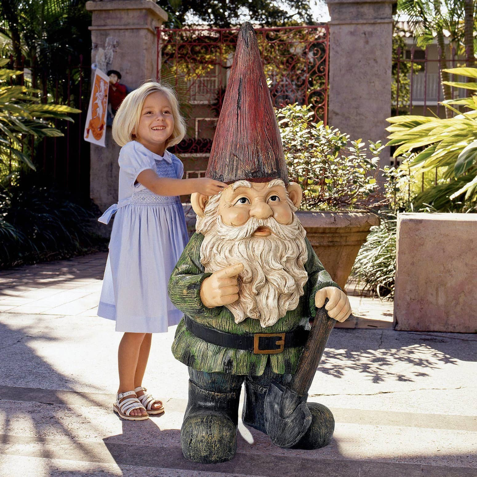 Gigantic garden gnome statue the green head for Big hands for gardening
